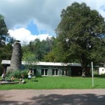 Taghaus mit Spielwiese, Hartplatz und Grillstelle; rechts Leiterhäusle