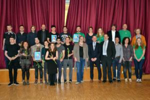 Die Preisträger von Ausreißer, Löwenzahn und nethelp4u, die Laudatoren Bertold Frieß und Stefan Alder und Teilen der Jury mit Vereinsvorsitz